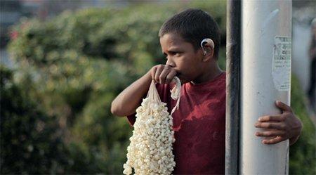 aamer movie child holding gajara