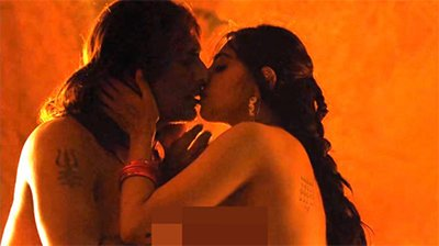 Radhika_Apte_in_Parched_kissing_hot_pictures.jpg