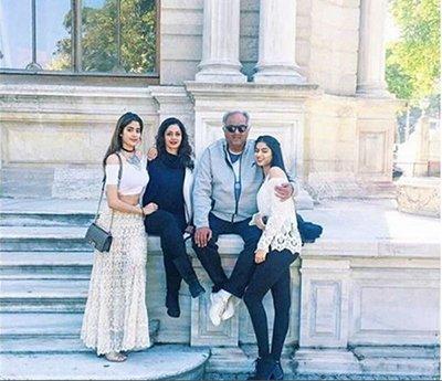 jhanvi_kapoor_with_family_during_holidays_boneykapoor_sridevi_khushikapoor_.jpg