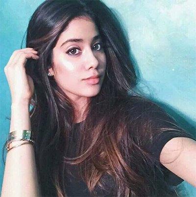 jhanvi_kapoor_taking_selfie_posting_for_instagram.jpg