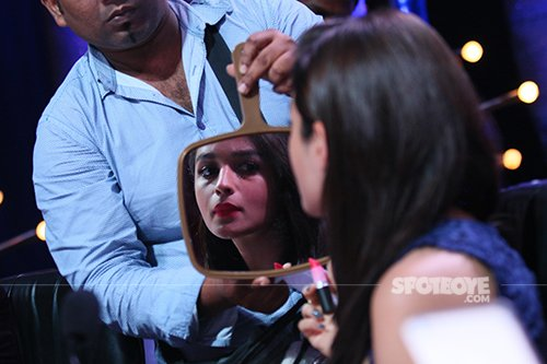Alia_bhatt_looking_in_mirror_on_the_sets_of_Jhalak_Dikhhlaa_Jaa 9.jpg
