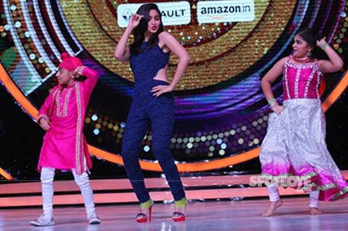 Alia_bhatt_dancing_with_contestants_Swasti_Nitya_and_Preetjot_Singh_on_Jhalak_Dikhhlaa_Jaa 9.jpg