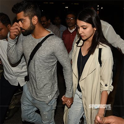 Virat_Kohli_and_Anushka_Sharma_Holding_Hands_At_The_Airport.jpg