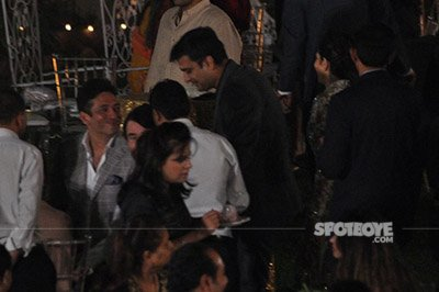 karisma kapoor and sandeep toshniwal with her father and others at randhir kapoors 70th birthday bash 7