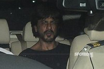 shah rukh khan spotted at phillauri screening