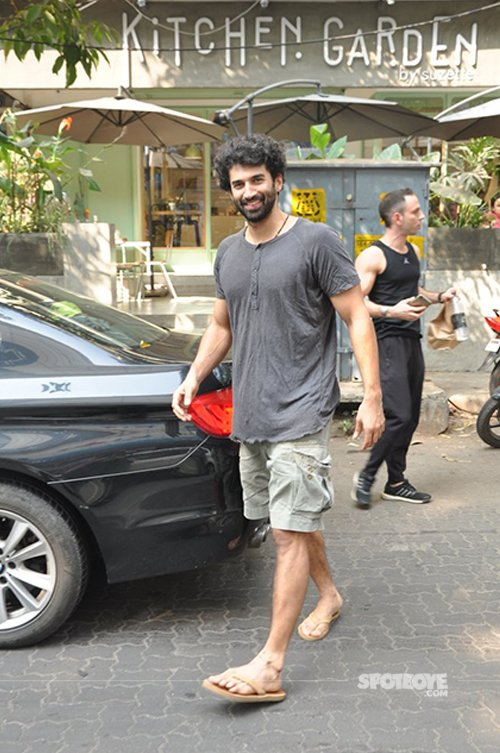 Aditya_roy_kapoor_spotted_with_a_friend_having_lunch_at_suzette_kitchen.jpg