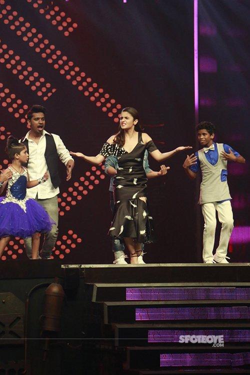 Alia_bhatt_dancing_on_stage_on_super_dancer_show_set.jpg