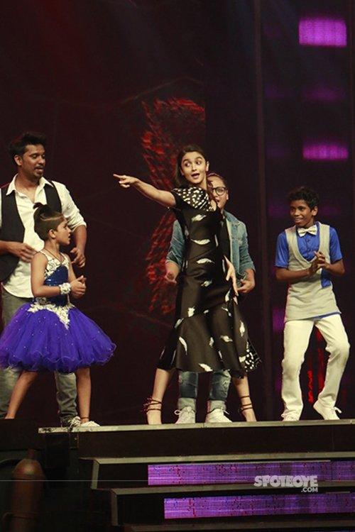 Alia_bhatt_dancing_to_lets_nacho_on_super_dancer_show.jpg