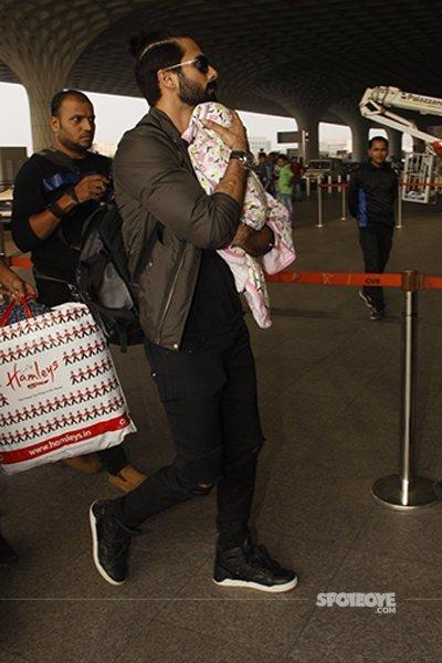 Shahidkapoorholdsmishatightlyatmumbaiairport.jpg