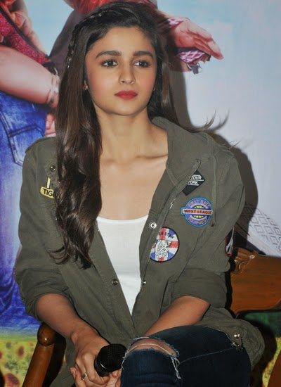 Alia_Bhatt_and_Varun_Dhawan_promote_Humpty_Sharma_Ki_Dulhania_at_Kolkata_4.jpg