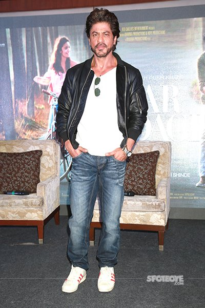 SRK_king_khan_looking_cool_in_new_avatar_with_black_jacket_and_jeans.jpg