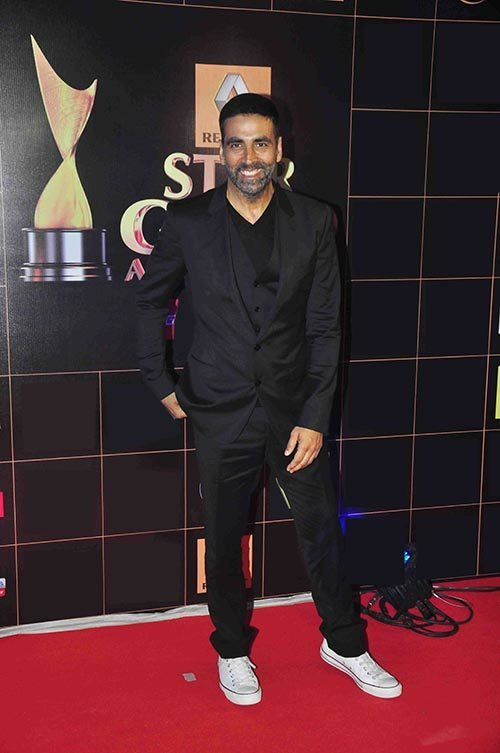 akshay kumar looks dapper in grey