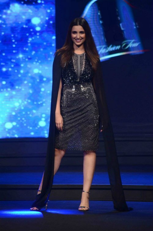 parineeti brings sexiness on the ramp at rohit gandhi and rahul khanna show