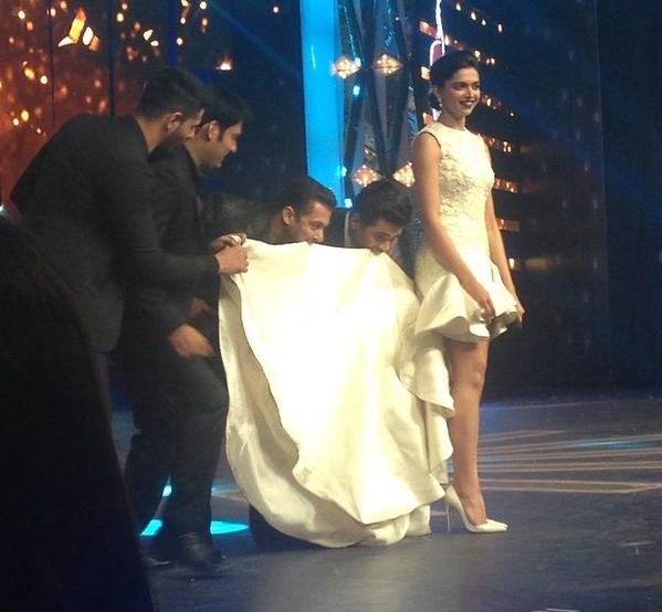 deepika padukone an her train dress fun at filmfare