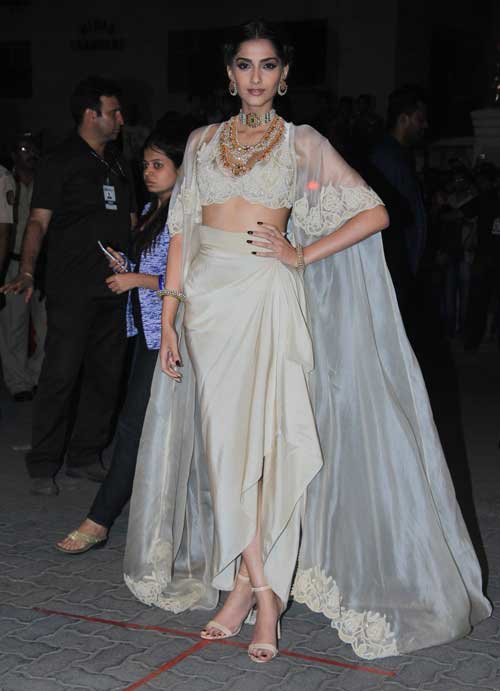 sonam kapoor in anamika khanna look at filmfare 2015