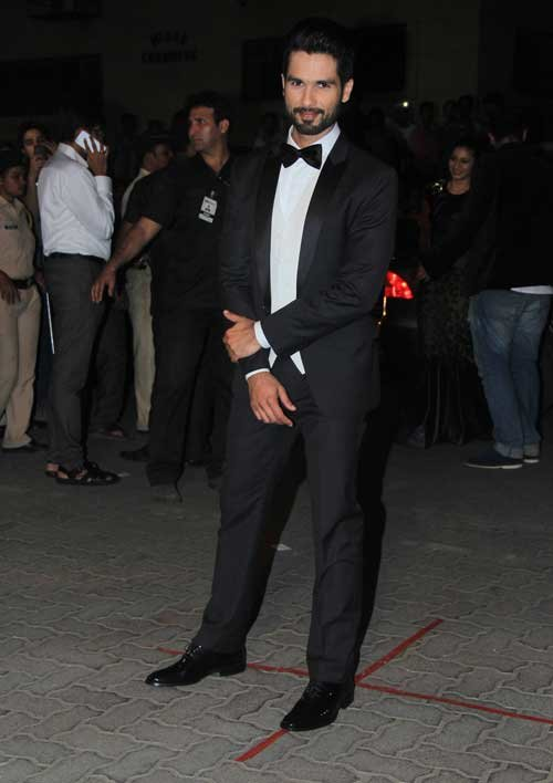 shahid kapoor rock a tux at filmfare 2015