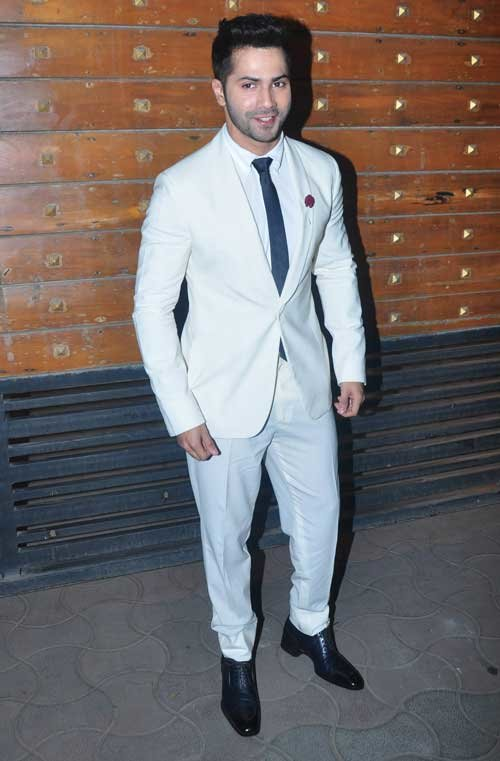 varun dhawan in white suit at filmfare 2015