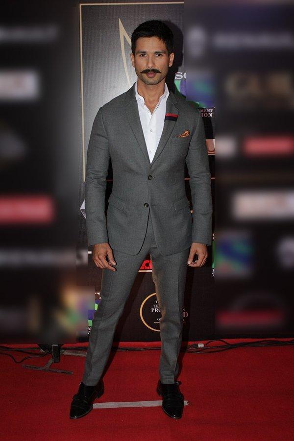 shahid kapoor at an awards show