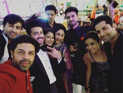 dheeraj_and_vinny_with_entire_cast_of_Sasural_Simar_ka.jpg