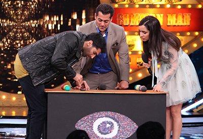 aditya roy kapur salman khan shraddha kapoor playing fun games in bigg boss 1 0