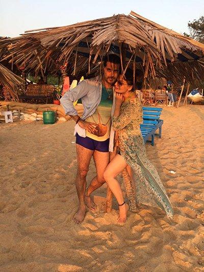 deepshika nagpal with hubby kaishav arora on the beach