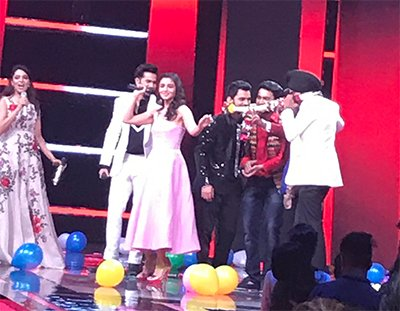 varun dhawan and alia bhatt promoting  badrinath ki dulhania on voice of india
