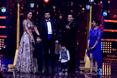 sonakshi sinha with pritam and amanjot on along with their children on stage nach baliye 8 grand premiere