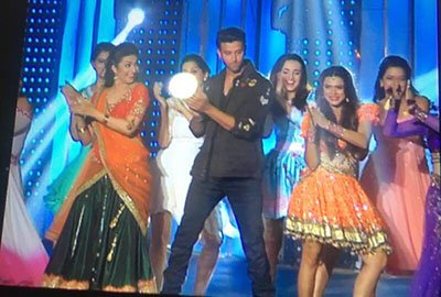 hrithik roshan strikes a dance pose with the lady contestants of nach baliye