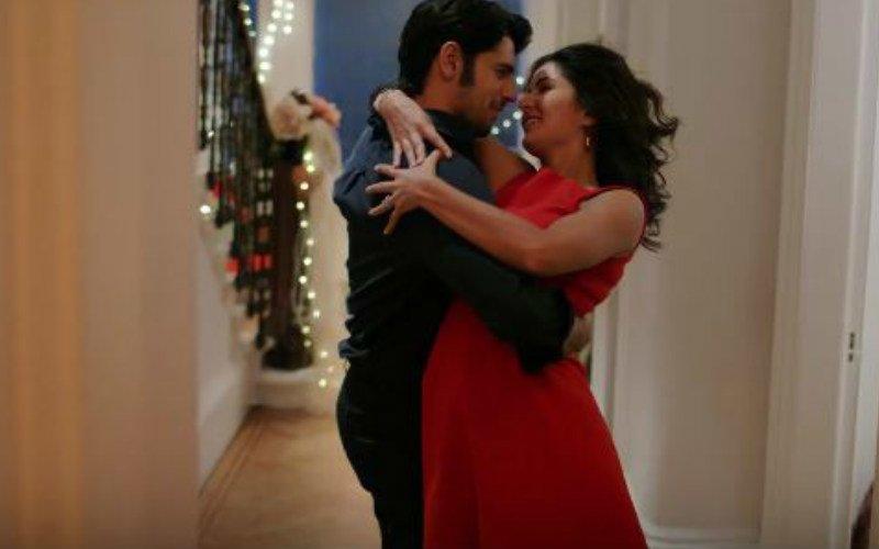 Sidharth-Katrina Display Their Intense Love In Dariya