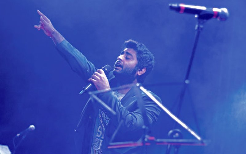 """Somebody Fuc***g Fix This Mike"", Abuses Arijit Singh During Live Concert"