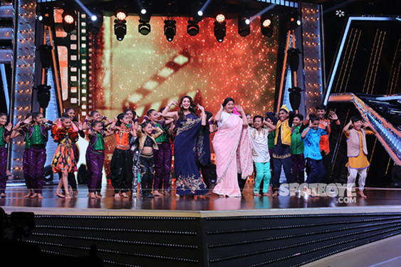 Madhuri Dixit Along With Renuka Shahane Performs With The Contestants Of DID Little Masters