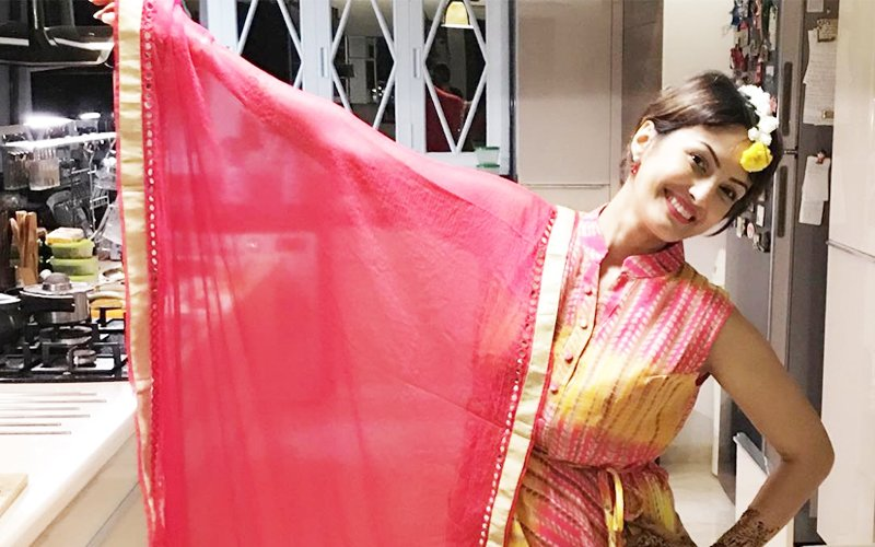 Bigg Boss 10 Contestant Karan Mehra's Wife Nisha Mehra Throws A Karva Chauth Mehendi Party