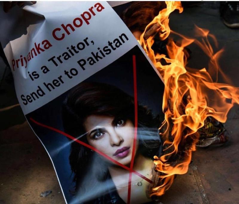 दिल्ली में जलाए गए प्रियंका चोपड़ा के पोस्टर्स. फोटो क्रेडिट्स: स्पॉटबॉय