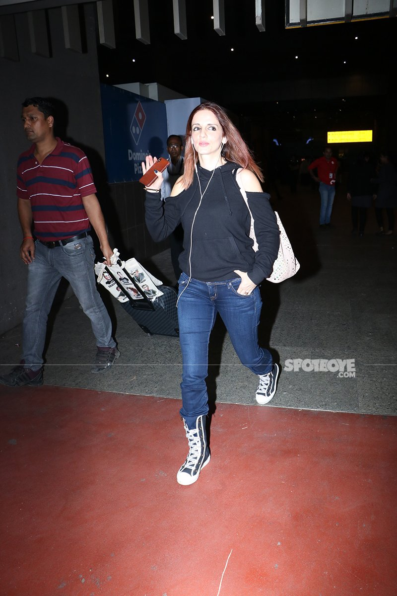 Sussanne Khan Waves Out To The Photographers