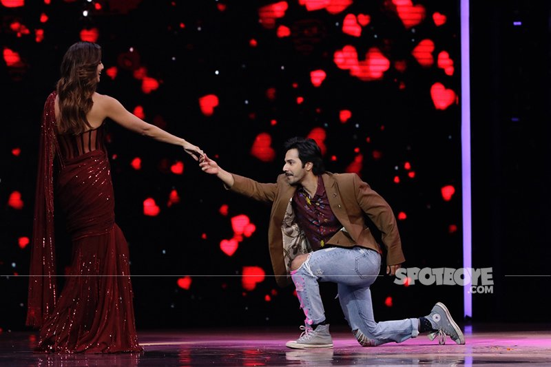 Varun Dhawan Shilpa Shetty On His Knees