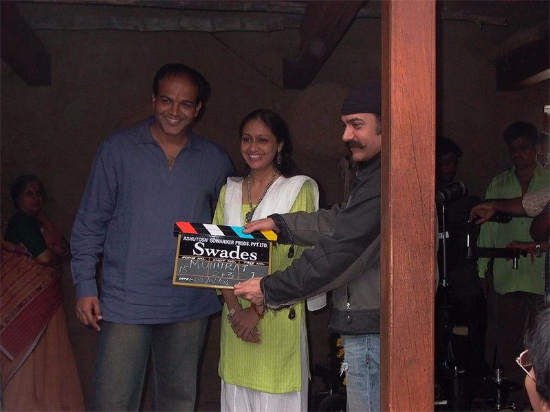 aamir khan holding the clapboard commencing swades shoot with ashutosh gowariker