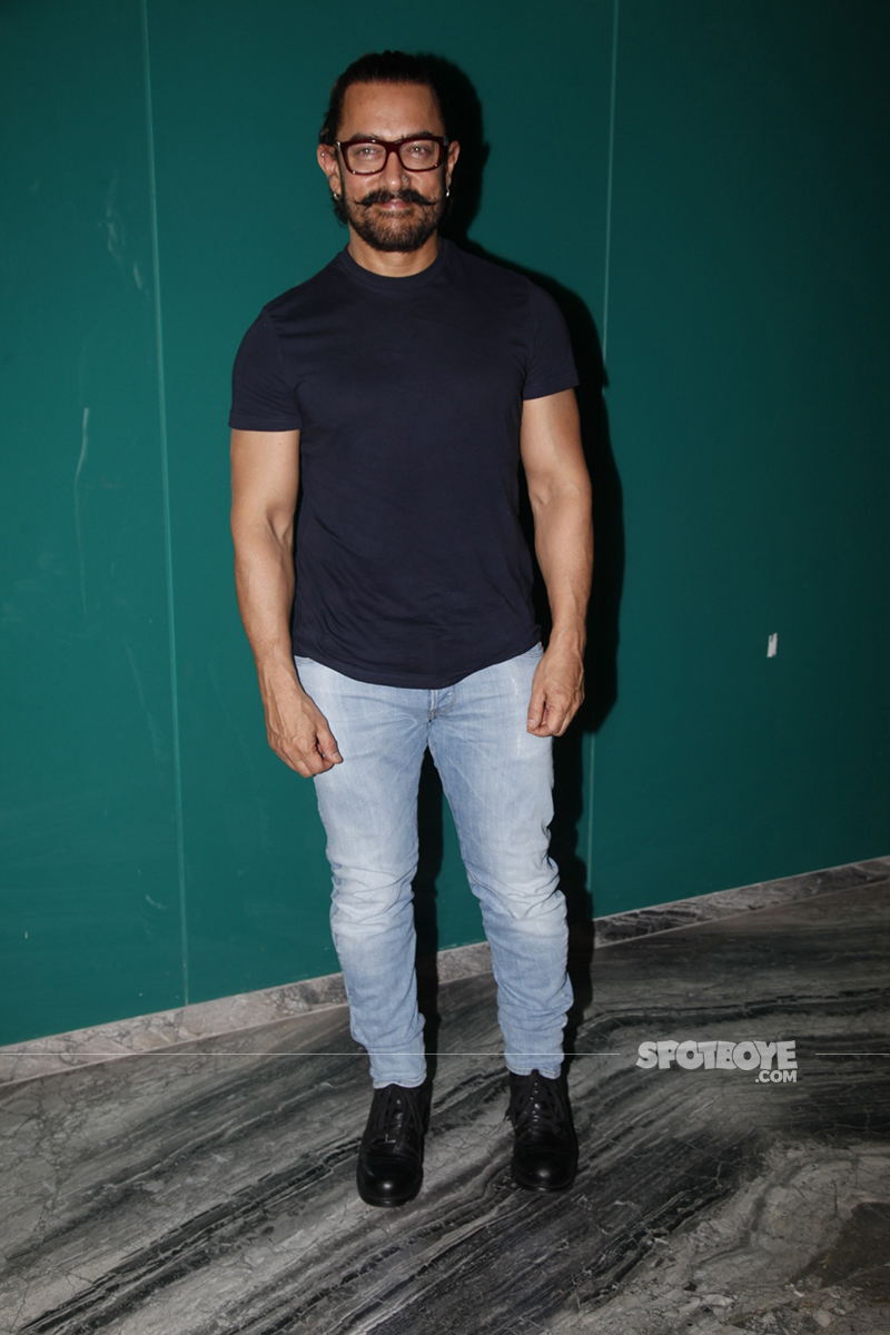 aamir khan poses for cameras