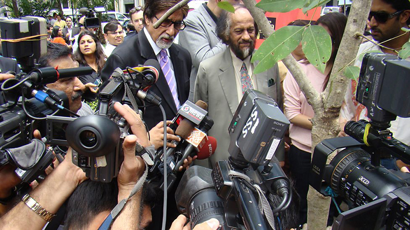 amitabh bachchan surrounded by media