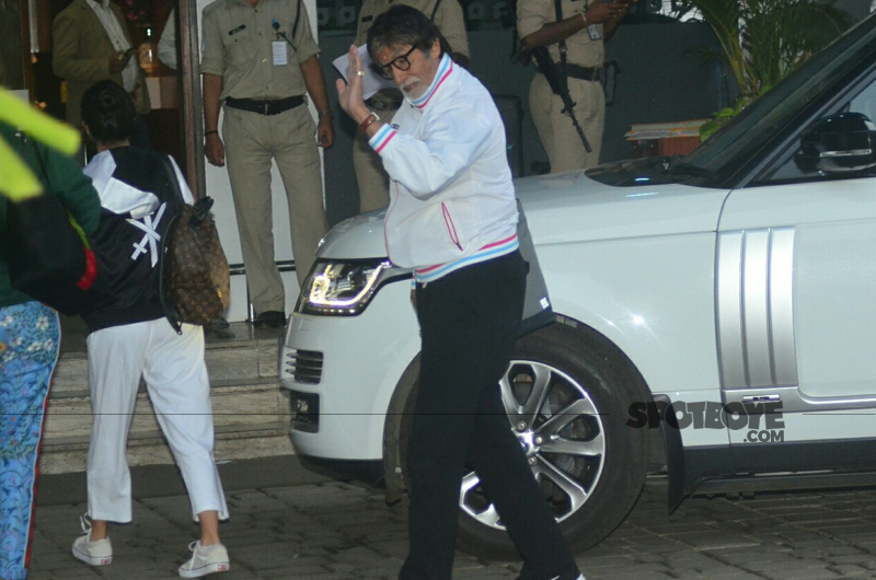 amitabh bachchan waves to the media