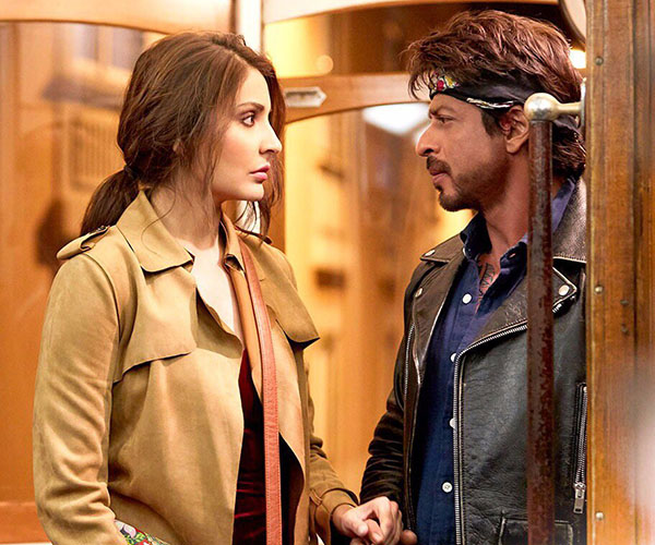 anushka sharma and shah rukh khan in an nintense scene from jab harry met sejal