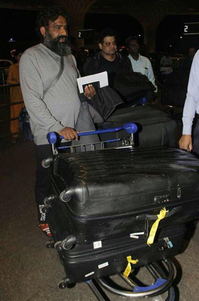 anushka sharma brother and guruji also leave for tuscany