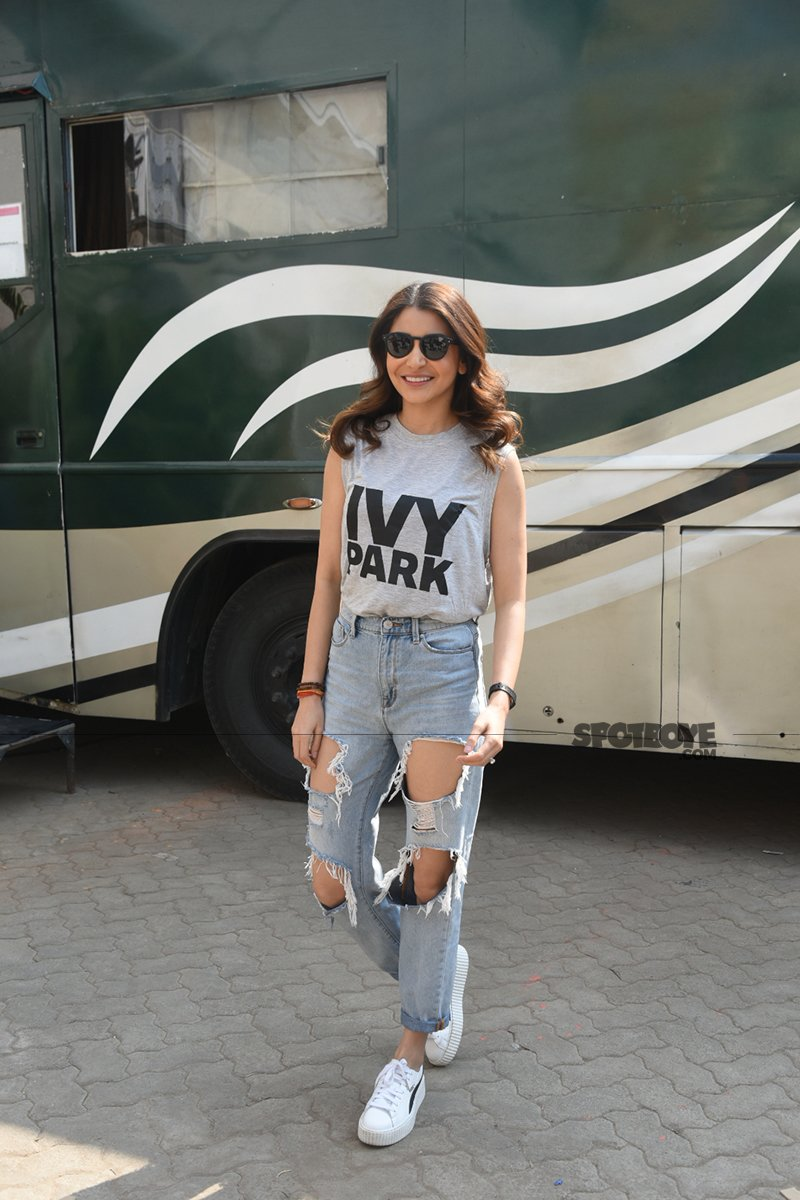 anushka sharma poses for the shutterbugs