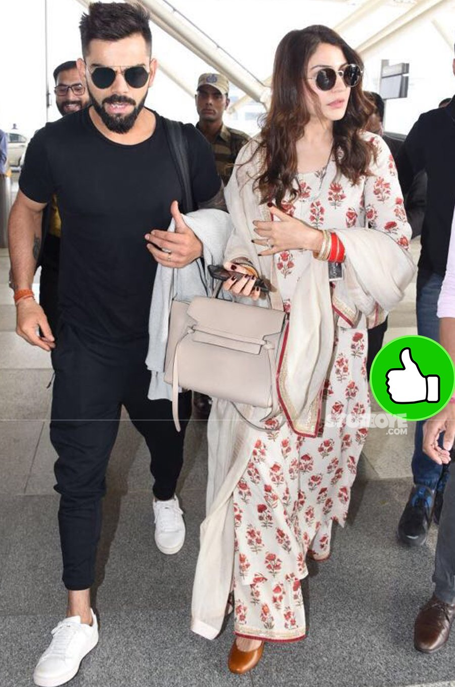 anushka sharma with virat kohli at the airport