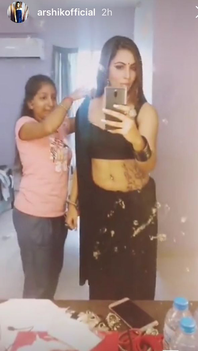 arshi khan getting ready for her shoot