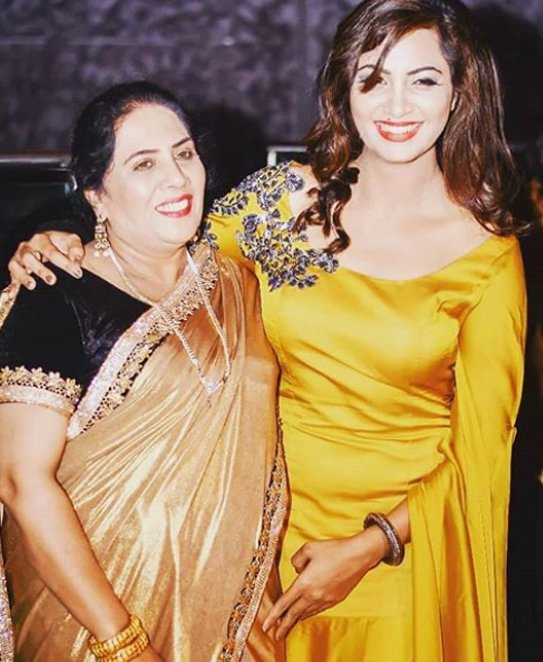 arshi khan with her mother at the party