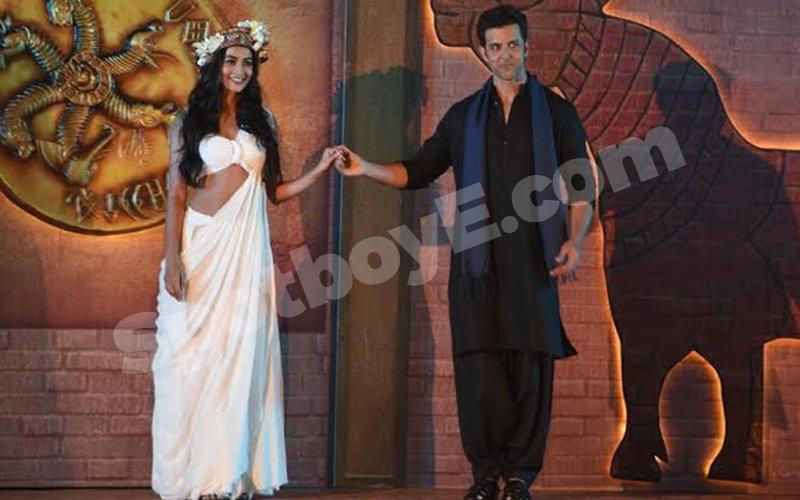 Hrithik introduces his Mohenjo Daro heroine Pooja Hegde