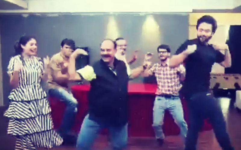अब मित्रों के गाने 'कमरिया' पर डांसिंग अंकल उर्फ़ संजीव श्रीवास्तव ने किया जमकर डांस
