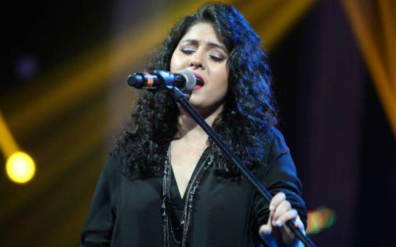 Video: Sunidhi's oops! Moment during a performance
