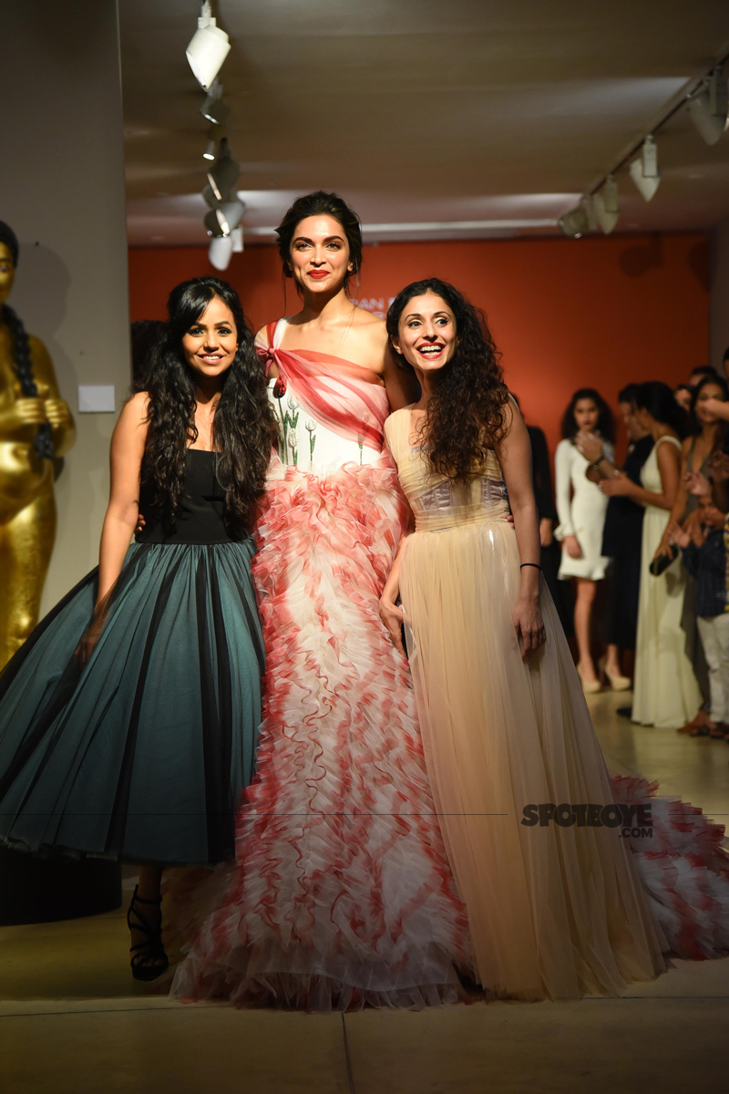 deepika padukone with the designers