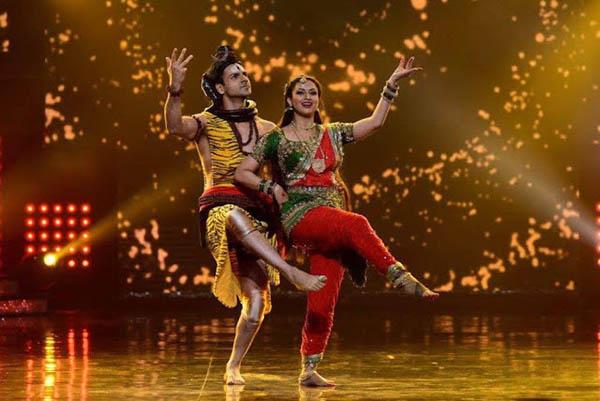 divyanka tripathi and vivek dahiya in a still from nach baliye 8